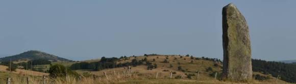 menhir-pierre-longue-am-aydatsee-in-der-auvergne1.jpg