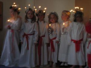 800px-Schwedische_Kinder_beim_Luciafest